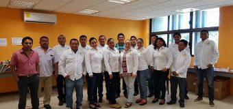 Entrega de camisas personalizadas en la unidad académica de Ayutla de los libres